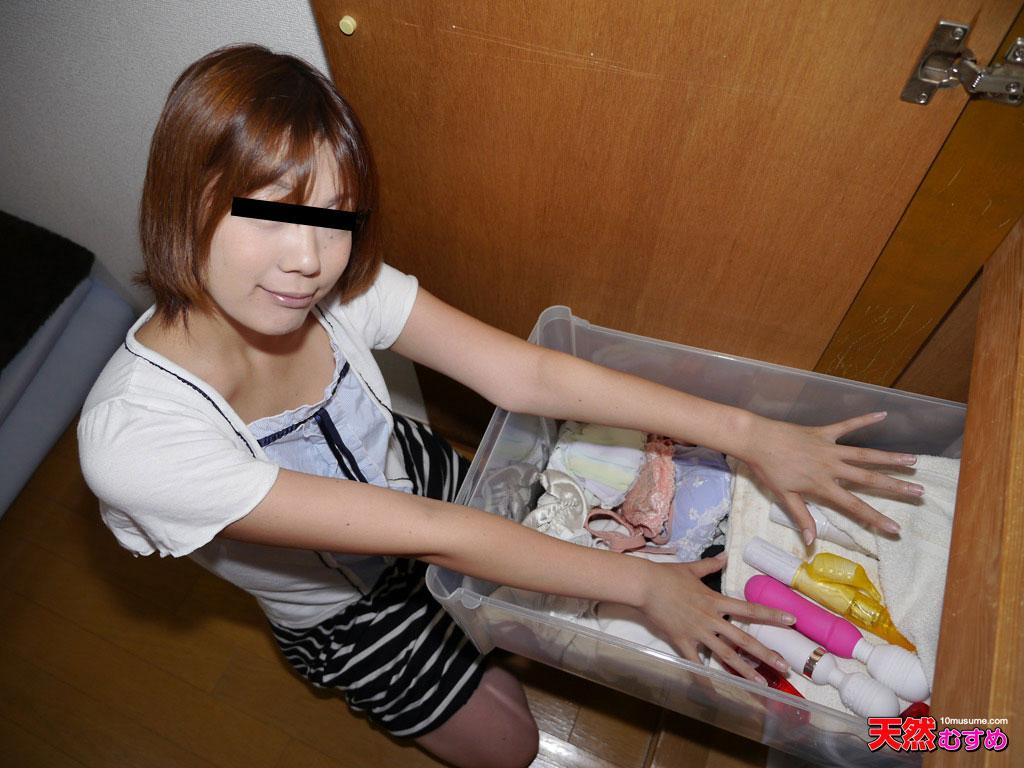 ひとり暮らしの女の子のお部屋拝見したら玩具を発見のサンプル画像
