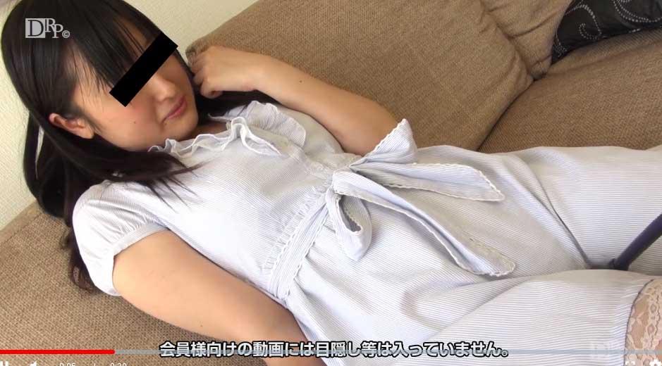 服の上からマンコにバイブを押し当てられる高野裕子ちゃん
